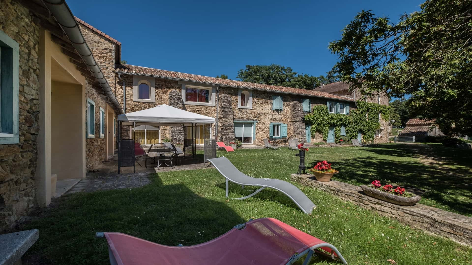 inner courtyard domaine de malouziès - character gites with swimming pool and charming bed and brekfasts near Carcassonne